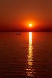 Puesta del sol roja hermosa en el mar Sol rojo grande sobre el mar Silho Imágenes de archivo libres de regalías