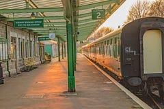 Puesta del sol roja a lo largo de la plataforma del ferrocarril de Swanage imagen de archivo libre de regalías