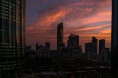 Puesta del sol roja mágica hermosa en la ciudad de Abu Dhabi, United Arab Emirates imagenes de archivo