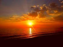 Puesta del sol roja, mar oscuro Imagen de archivo