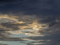Puesta del sol roja, nubes gruesas fotografía de archivo libre de regalías