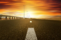 Puesta del sol roja sobre el camino Fotos de archivo libres de regalías