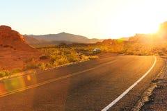 Puesta del sol roja sobre el camino, Nevada meridional Imagen de archivo libre de regalías