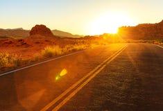 Puesta del sol roja sobre el camino, Nevada meridional Imagen de archivo