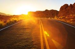 Puesta del sol roja sobre el camino, Nevada meridional Foto de archivo