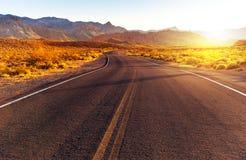 Puesta del sol roja sobre el camino, Nevada meridional Fotografía de archivo libre de regalías
