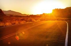 Puesta del sol roja sobre el camino, Nevada meridional Foto de archivo libre de regalías