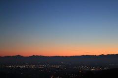 Puesta del sol roja sobre el horizonte de la colina y de las montañas Fotos de archivo libres de regalías