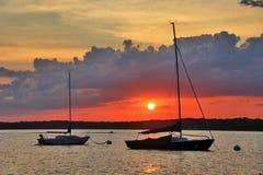 Puesta del sol roja sobre el lago Foto de archivo