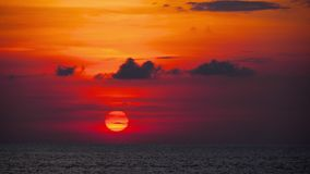 Puesta del sol roja sobre el océano metrajes