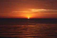 Puesta del sol roja sobre el oc?ano imagen de archivo