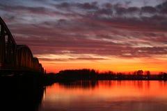 Puesta del sol roja sobre el puente Fotografía de archivo libre de regalías