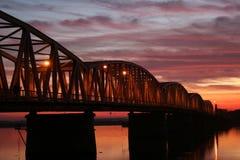 Puesta del sol roja sobre el puente Imagen de archivo libre de regalías