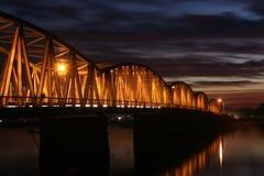 Puesta del sol roja sobre el puente imagen de archivo