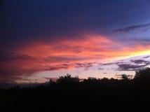 Puesta del sol roja sobre la colina Foto de archivo libre de regalías