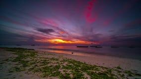 Puesta del sol roja sobre la playa, time lapse almacen de metraje de vídeo