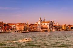 Puesta del sol rojiza caliente sobre el canal magnífico veneciano que sorprende, Venecia, Italia, tiempo de verano fotografía de archivo