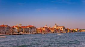 Puesta del sol rojiza caliente sobre el canal magnífico veneciano que sorprende, Venecia, Italia, tiempo de verano imágenes de archivo libres de regalías