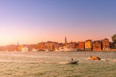 Puesta del sol rojiza caliente sobre el canal magnífico veneciano que sorprende, Venecia, Italia, tiempo de verano imagen de archivo