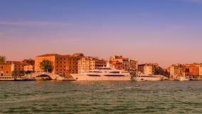 Puesta del sol rojiza caliente sobre el canal magnífico veneciano que sorprende, Venecia, Italia, tiempo de verano foto de archivo libre de regalías