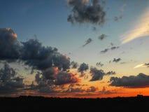 Puesta del sol rojo-anaranjada hermosa Cielo y nubes en puesta del sol hermosa Imagenes de archivo