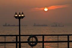 Puesta del sol romántica con el lamppost Fotos de archivo