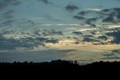 Puesta del sol romántica con la silueta negra en el primero plano fotos de archivo