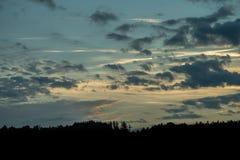 Puesta del sol romántica con la silueta negra en el primero plano imagenes de archivo
