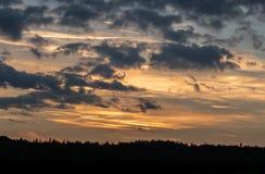 Puesta del sol romántica con la silueta negra en el primero plano fotos de archivo libres de regalías