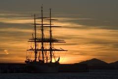 Puesta del sol romántica con sillouette del barco   Fotos de archivo