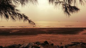 Puesta del sol romántica de la playa Foto de archivo libre de regalías