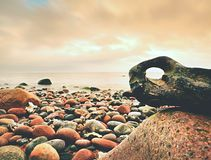 Puesta del sol romántica en el horizonte, reflejando en orilla, mar liso de la tarde, concepto del viaje Imagen de archivo