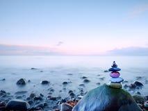 Puesta del sol romántica en el horizonte, reflejando en orilla, mar liso de la tarde, concepto del viaje Foto de archivo