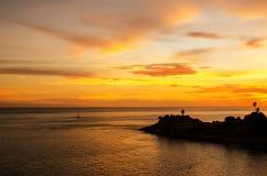 Puesta del sol romántica en el punto de opinión de Laem Phromthep, Phuket Tailandia Foto de archivo libre de regalías