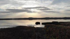 Puesta del sol romántica por el lago almacen de metraje de vídeo