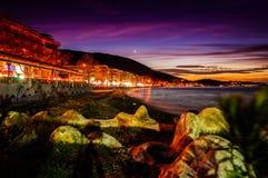 Puesta del sol romántica soñadora de la península