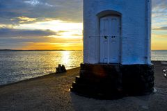 Puesta del sol romántica sobre el mar Fotos de archivo
