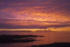 Puesta del sol, ron, Hebrides interno, Escocia Imágenes de archivo libres de regalías