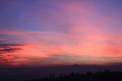 Puesta del sol rosada con el horizonte de Monviso Fotos de archivo libres de regalías