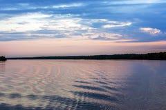 Puesta del sol rosada en el río Imagen de archivo