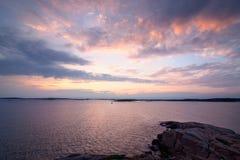 Puesta del sol rosada en la costa costa sueca Imágenes de archivo libres de regalías