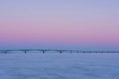 Puesta del sol rosada en la costa en Saratov Foto de archivo