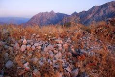 Puesta del sol rosada en las montañas de Uzbekistán Fotografía de archivo libre de regalías