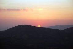 Puesta del sol rosada en las montañas de Uzbekistán Foto de archivo