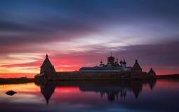 Puesta del sol rosada fantástico hermosa encendido en el lago santo con vistas al monasterio de Solovetsky Spaso-Preobrazhensky R Imagen de archivo