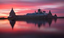 Puesta del sol rosada fantástico hermosa encendido en el lago santo con vistas al monasterio de Solovetsky Spaso-Preobrazhensky R Fotografía de archivo