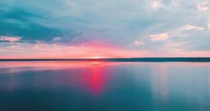 Puesta del sol rosada hermosa y nubes sobre el mar septentrional Crepúsculo de la tarde en Rusia Paisaje dramático el golfo de almacen de video