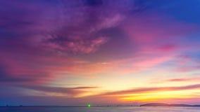 Puesta del sol rosada púrpura colorida hermosa sobre el océano
