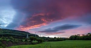 Puesta del sol rosada sobre paisaje Fotos de archivo libres de regalías