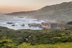 Puesta del sol rugosa de la costa costa del Carmel-Por--mar imagenes de archivo